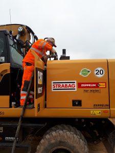 Betankung einer Baumaschine (© STRABAG)
