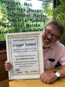 Jürgen Scheel mit Urkunde